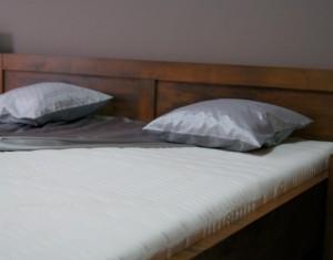 Manželská posteľ z masívu od výrobcu nabytokmirek.sk